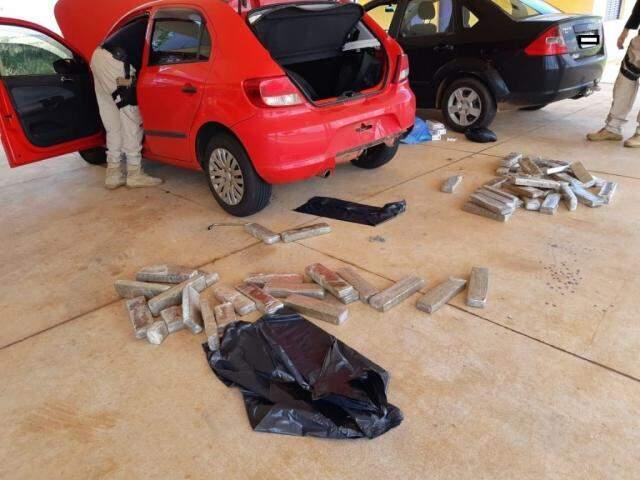Tabletes da droga encontrados nos dois veículos. (Foto: Jornal da Nova)