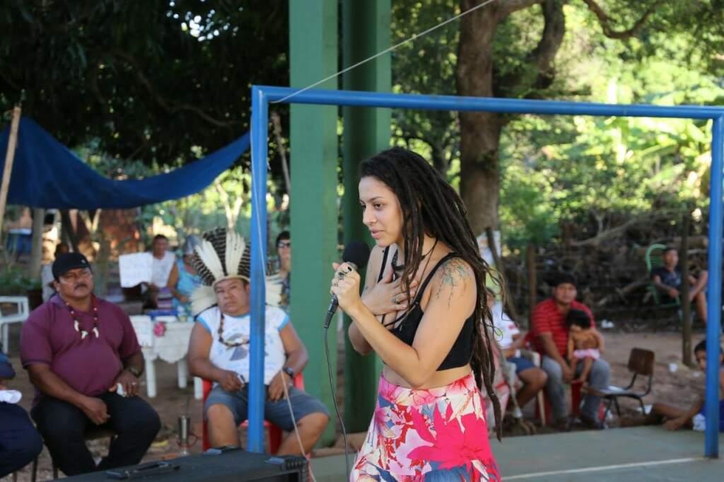 Marina usou a voz e sensibilizou público durante o segundo dia da assembleia terena (Foto: Paulo Francis)