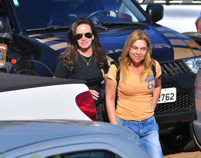 A policial civil aposentada e vereadora Solange Melo é conduzida por policial federal durante a Operação Atenas (Foto: Eliel Oliveira)