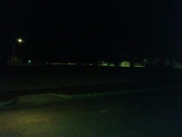 Escuridão em praça traz insegurança aos moradores da vizinhança (Foto: Direto das Ruas)