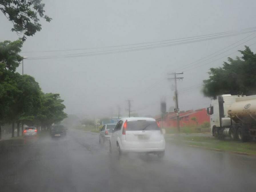 Avenida Guinter Hans, em momento de chuva mais forte, durante a tarde desta véspera de Natal. (Foto: Paulo Francis)