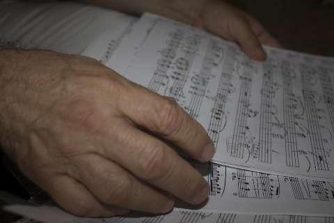 Há 50 anos, Miguelito prova que não há só sertanejo para quem toca rock no piano