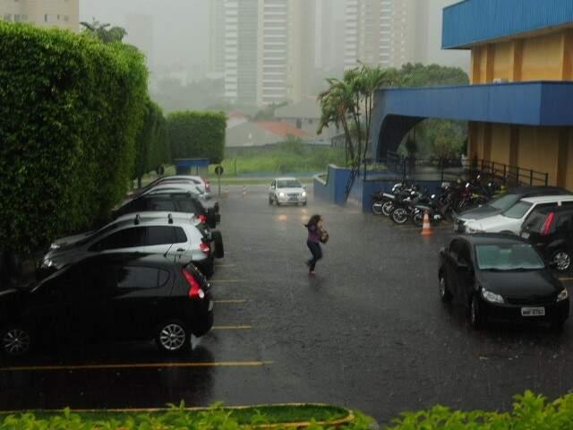 Chuva forte atingiu Campo Grande nesta tarde. (Foto: Rodrigo Pazinato)