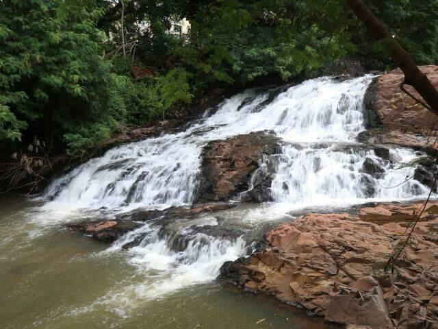 Sugestivo: atrás do cachoeirinha o que tem é uma bela de uma cachoeira. (Foto: Fernando Antunes)