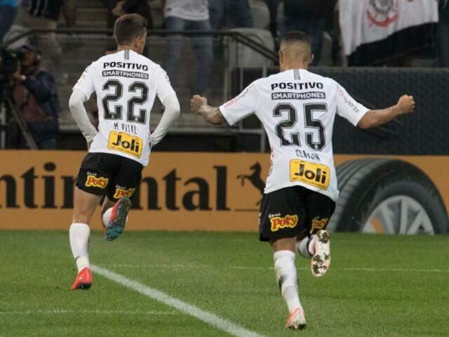 Jogadores correndo para torcida após os gols em campo. (Foto: Daniel Augusto Jr/ Ag. Corinthians)