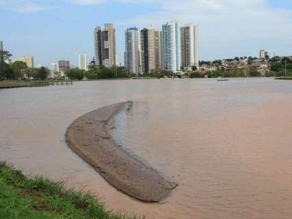 Chuva atrapalha obra necessária para desassorear lago em Parque
