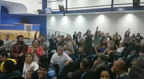 AO VIVO: Evento com Eduardo Bolsonaro registra tumulto na Câmara de Vereadores