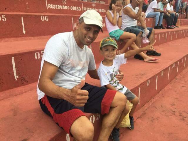 Luciano Marcelino com o filho João Gabriel, torcedores do Colorado (Foto: Guilherme Henri)