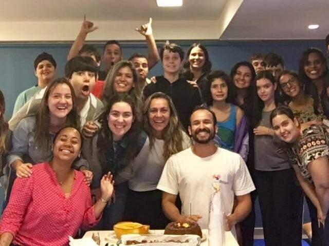 Na festa desse ano Fabrício reuniu amigos para comemorar a chegada dos 36 (Foto: Reprodução Facebook)