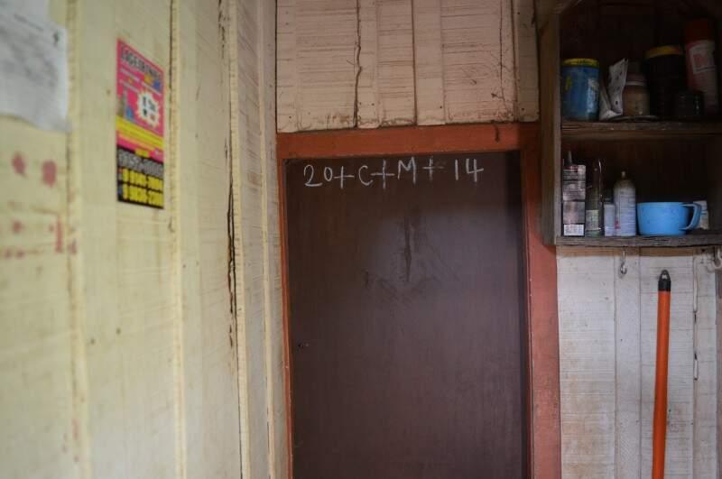 Na casinha de madeira onde a família começou, portas estão sempre fechadas.