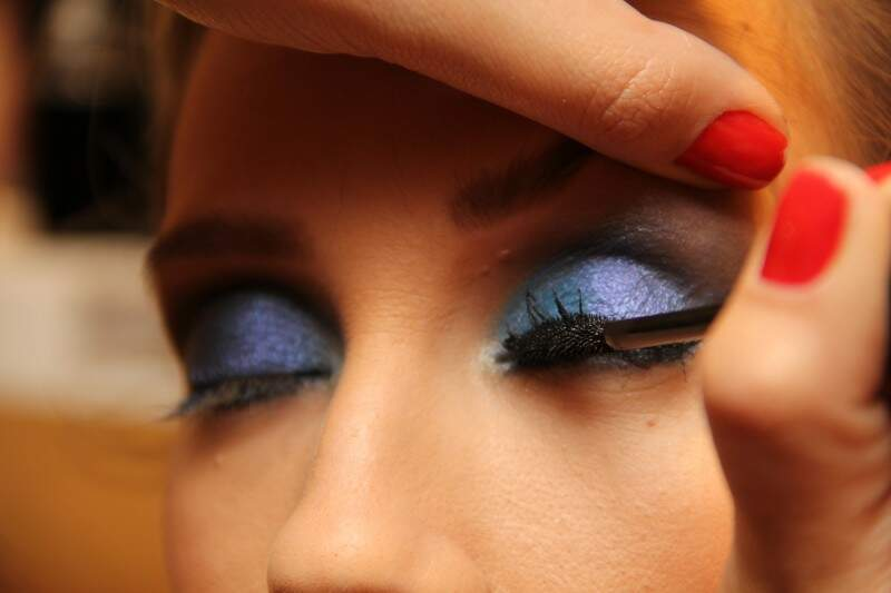 9: a máscara de cílios é tudo na produção da maquiagem e pode ser usada sem moderação tanto em cima, como embaixo.
