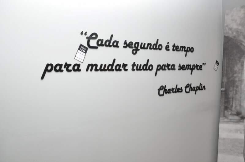 Uma das peças mais em conta é a frase de Charles Chaplin. (Foto: Marcelo Callazans)