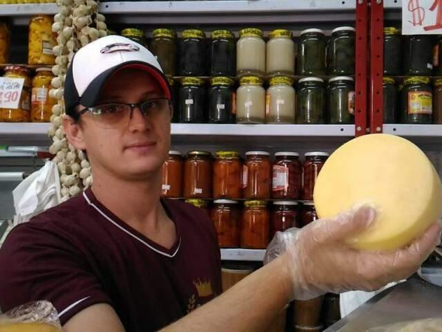 Queijo vendido em uma das bancas do Mercadão (Foto: Kleber Clajus)