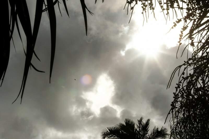 Sol se esconde entre nuvens na região central da Capital (Foto: André Bittar )