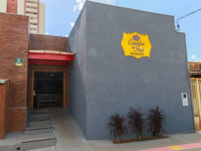 A fachada simpática, em cinza granilha, traz o nome do restaurante pela primeira vez. (Foto: Fernando Antunes)
