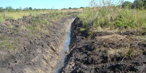Valetas drenavam brejo em uma Área de Preservação Permanente em Dourados (Foto: PMA/Divulgação)
