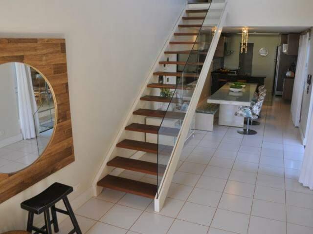 Loft tem tudo integrado e quarto em mezanino para manter privacidade do casal. (Foto: Alcides Neto)