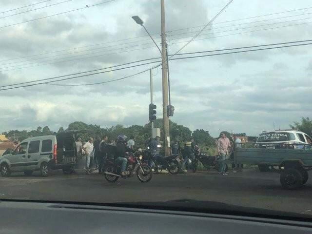 Moradores acompanhando o atendimento do idoso, esta tarde (06). (Foto: Direto das Ruas)