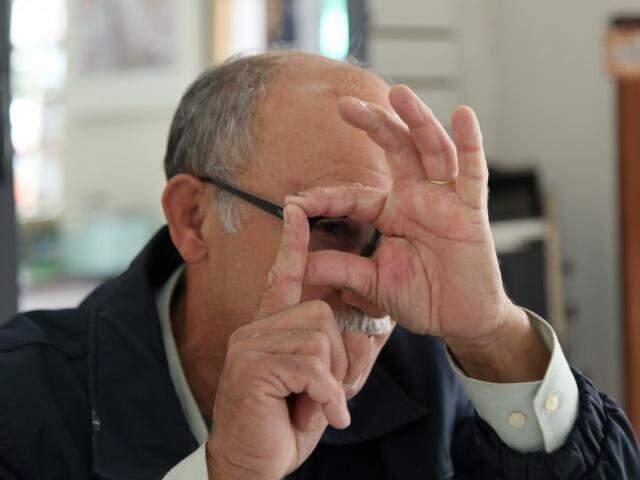 Nilson gosta de explicar como funcionavam as câmeras analógicas. (Foto: João Paulo Gonçalves)