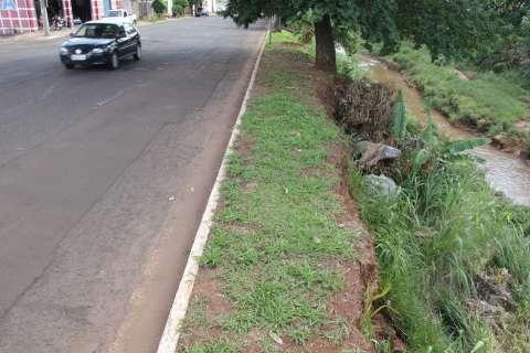 Projeto existe, não sai do papel e avenida continua tomada por erosões