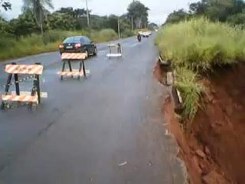 Margem de rodovia MS-080 na saída para Rochedo começa a ceder. (Foto: Reprodução de vídeo)