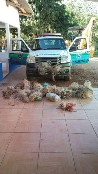 PMA apreende 962 anzóis de galho em Bonito, petrechos que são proibidos. (Foto: Divulgação)