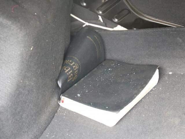 e uma bíblia (Foto: Paulo Francis)