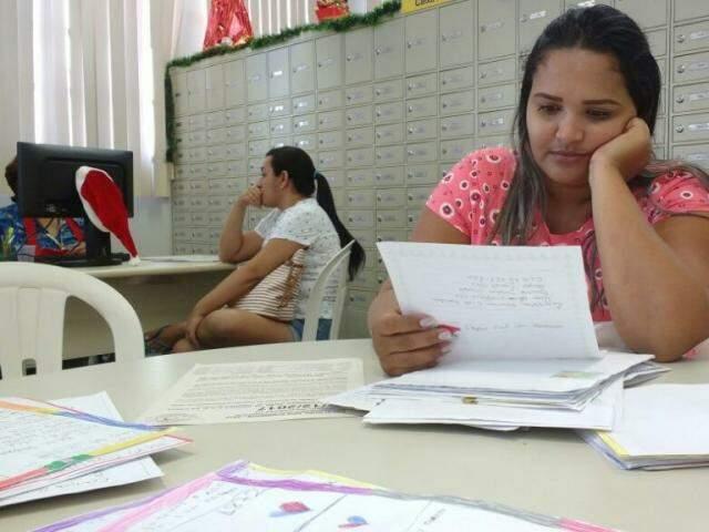 A autônoma Ana Paula lê carta, enquanto sua amiga e psicóloga Jenifer Caliedja apadrinha um dos pedidos ao Papai Noel (Foto: Kleber Clajus)