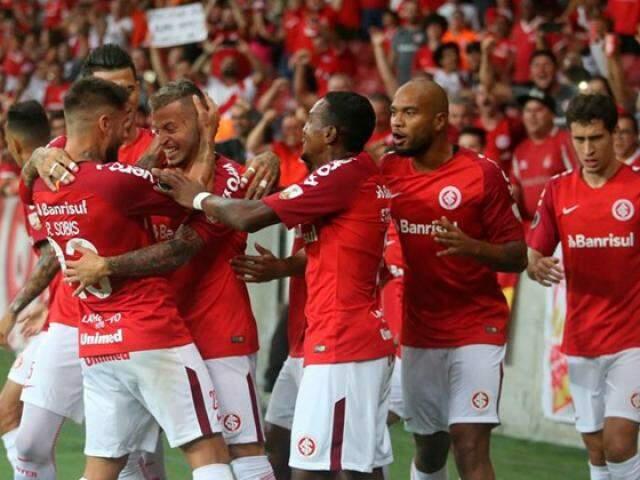 Jogadores comemorando junto do atacante após os gols. (Foto: Reprodução/InternacionalFC)