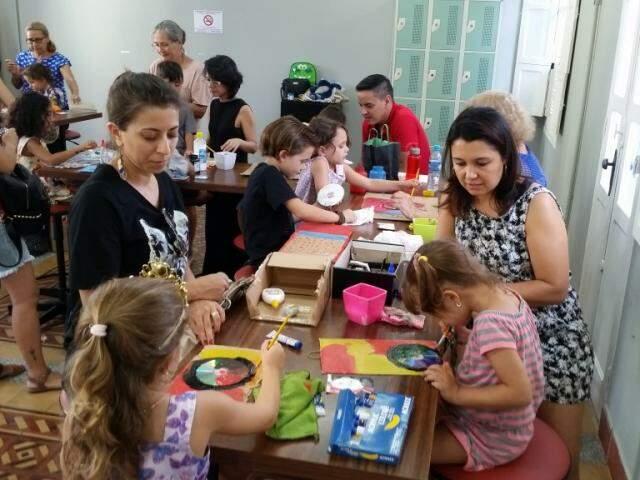 No Sesc, a garotada se diverte com pinturas. (Foto: Divulgação)