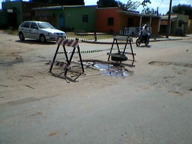 Sinalização alerta para buraco em cruzamento do Nova Lima. (Foto:Mauro José de Sá)
