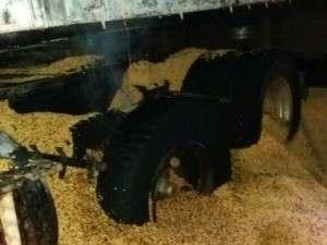 Pneu de carreta pega fogo, atinge carroceria e vaza carga de soja