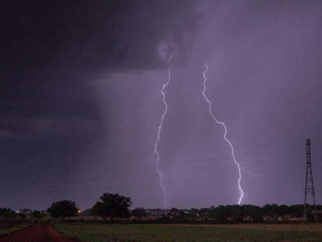 Mais dois raios que caíram ao mesmo tempo, neste ano durante uma tempestade em Dourados (Foto: Maycon Zanata)