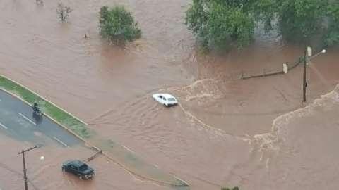 Córrego Segredo transborda e pessoas ficam presas em veículos