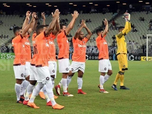 Jogadores e goleiro do Atlético comemorando a vitória, esta noite (15). (Foto: Atlético-PR/FC)