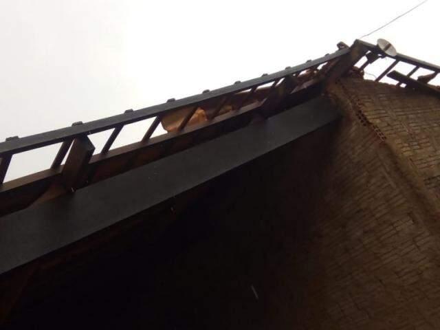 Casa destelhada em Selvíria, após ventos de 87km/h nesta sexta-feira (Foto: Facebook/Ricardo Ojeda).