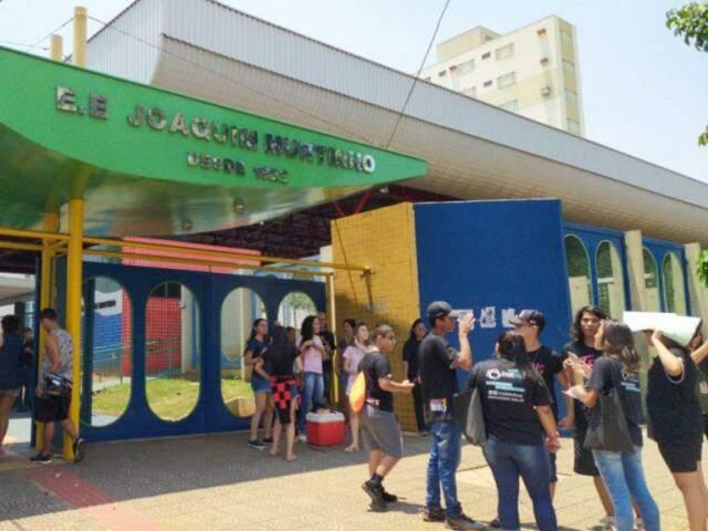 Escola Joaquim Murtinho foi um dos locais de aplicação de prova do Enem em Campo Grande. (Foto: Liniker Ribeiro)