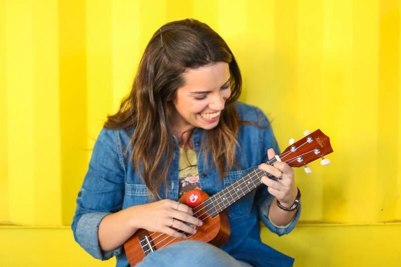 Estela adotou o ukulele para ativar a criatividade e aprender um novo talento (Foto: Fernando Antunes)