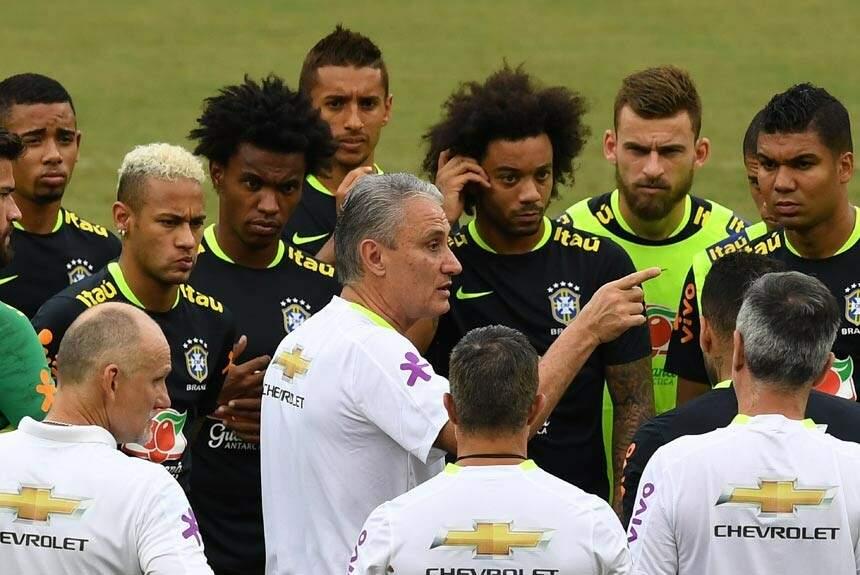 Pela humildade, o técnico Tite tem o grupo de jogadores na mão, segundo o ex-jogador Copeu (Foto: Vanderlei Almeida/AFP)