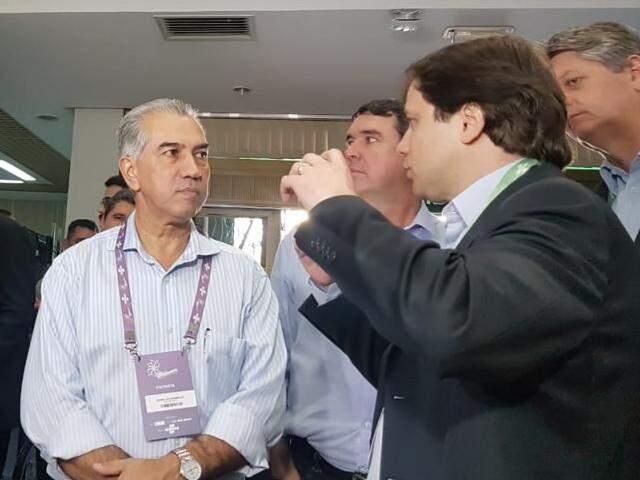 Governador visitou Feira do Empreendedor, onde ouviu de representantes do Sebrae-MS serviços e oportunidades oferecidas para empresários. (Foto: Anahi Gurgel)