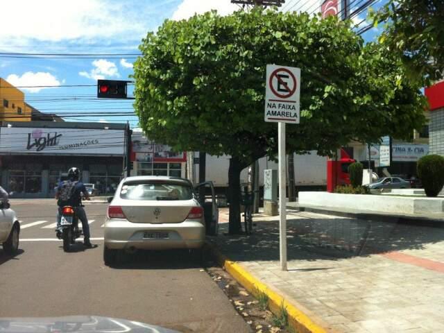 Motorista estacionou na faixa amarela. (Foto:Evandro Farinelli)