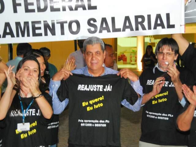 Puccineli em meio aos manifestantes no Tribunal Regional Eleitoral. (Foto: Rodrigo Pazinato)