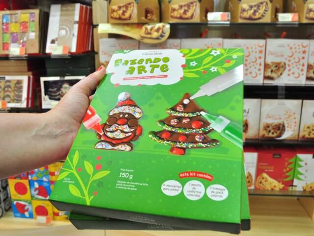 Kit traz árvore de Natal e Papai Noel com bisnagas e confeitos para que a própria criança enfeite antes de comer, por R$ 19,90.