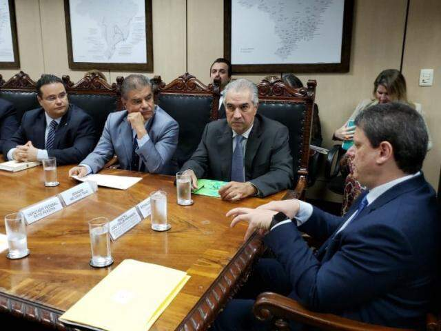 Tarcísio (à direita) garantiu à delegação comandada por Reinaldo investimentos na rota bioceânica. (Foto: Divulgação)