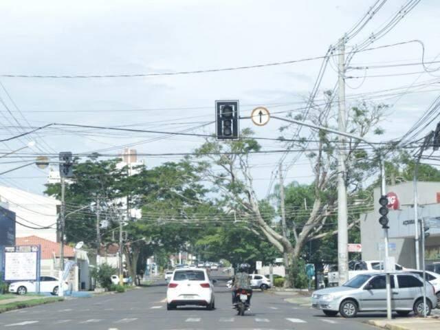 Veículos passando por semáforo desligado no cruzamento das Ruas Joaquim Murtinho e Bahia (Foto: Kisie Ainoã)