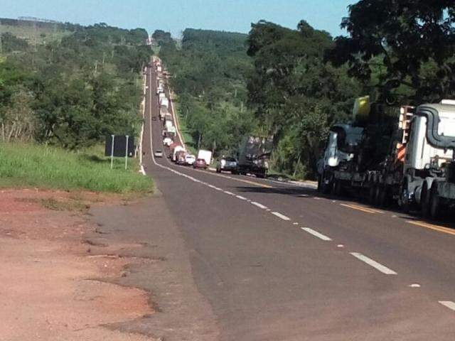Congestionamento formado ao longo da BR-262 durante bloqueio de sem-terra (Foto: Valdir Montserrat Spindola/Direto das Ruas)
