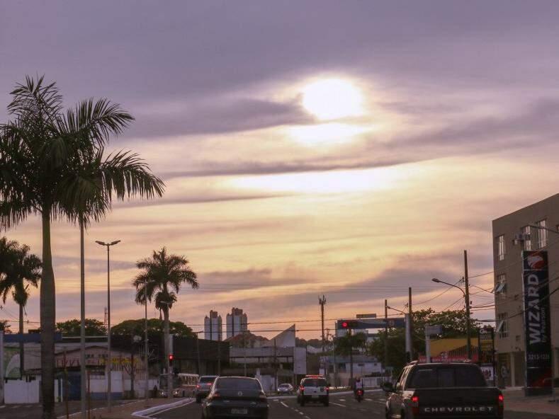 Sol nascendo entre nuvens na capital sul-mato-grossense (Foto: Henrique Kawaminami)