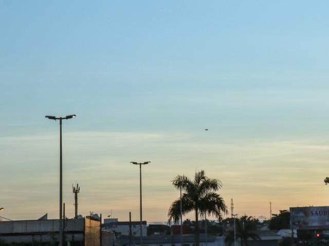 Dia amanhecendo com céu azul na Avenida Fábio Zahran em Campo Grande (Foto: Henrique Kawaminami)