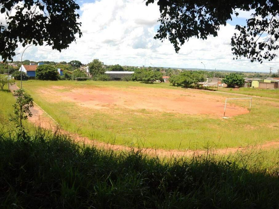 O nome do campo é justamente Buracanã por ficar em um buraco no meio da quadra. (Foto: Paulo Francis)