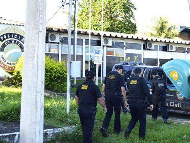 Equipe do Gaeco na sede da Polícia Civil em Ladário, durante operação que prendeu vereadores em novembro. (Foto: Ricardo Albertoni/Diário Corumbaense/Arquivo)
